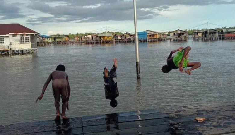 FOTO HARD NEWS : Air Pasang Momen Bermain Anak Anak Pulau Karaka
