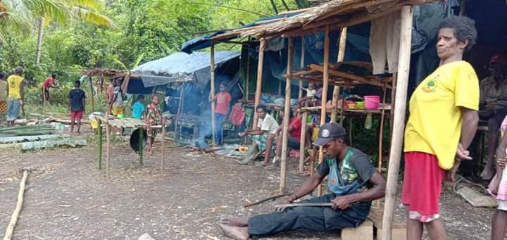 FOTO HARDNEWS : Warga Pesisir Mimika Mencari Stok Bama Lokal