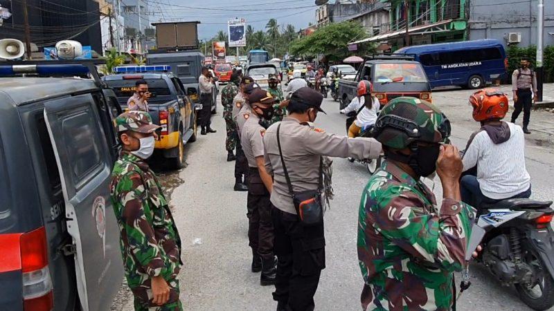 Personil Gabungan TNI-Polri di Timika Imbau Warga Tetap Masker