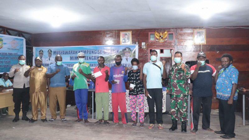 Danramil 1710-07/Mapurujaya Dampingi Kadistrik Mimika Tengah Salurkan BST