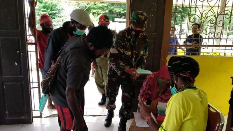 Dukung Pencegahan Covid-19, Babinsa Koramil 1710-03/Kuala Kencana Bagi Masker Di kampung Bhintuka