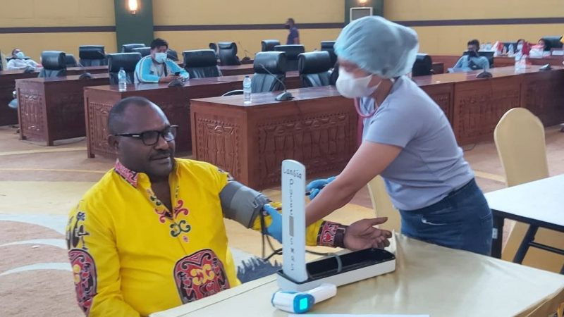 Anggota DPRD – Staf Setwan Mimika Terima Vaksin Tahap Pertama